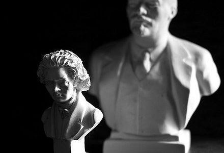 Cette interview, parue en avril 2013 sur le site The Charnel House dédié aux questions d'esthétique et de marxisme, est traduite par David Buxton pour la Web-revue. Né à New York en 1988 de père américain et de mère coréenne, et formé à l'université de Vanderbilt (Nashville, Tennessee), et à l'université de Vienne, Whiteside est actuellement assistant du célèbre chef d'orchestre Michael Tilson Thomas à la New World Symphony (Miami). Il a été le récipient de nombreux prix et de bourses, et a fondé la Nashville Sinfonietta. Il est aussi violiste et pianiste.